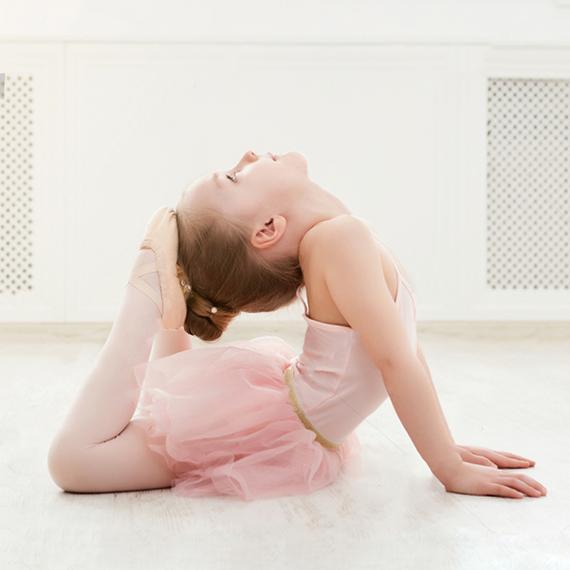 Russian-Ballet-School-ballerina-in-split-on